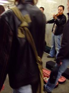 モスクワ 地下鉄通路のオーケストラ
